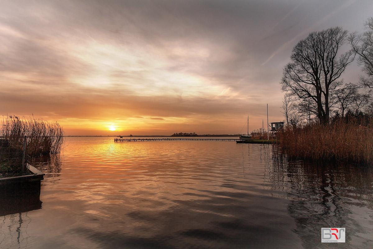 Zonsondergang-Leekstermeer-met-boot-en-uitkijktoren