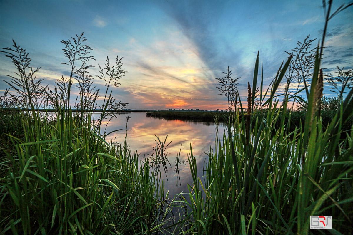 zonsondergang-aan-de-waterkant-in-Matsloot
